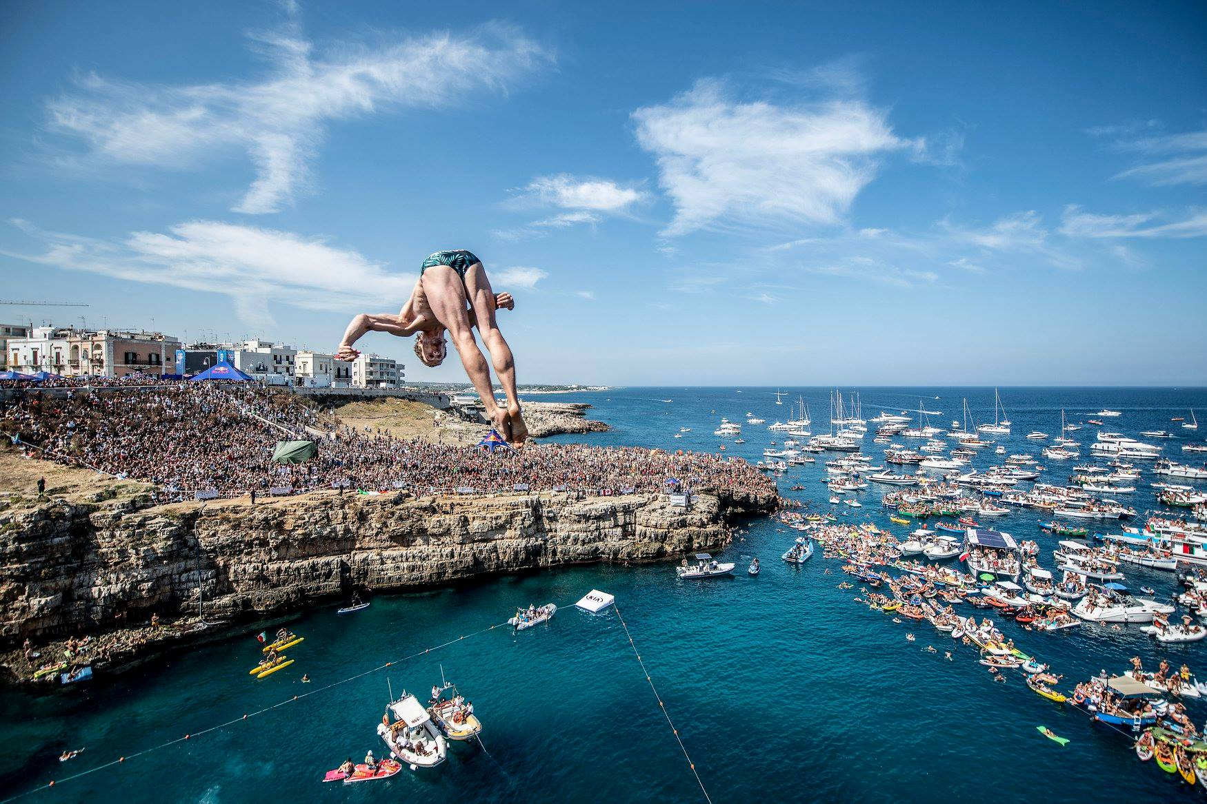 Tuffi spettacolari da Polignano per il Red Bull Cliff Diving