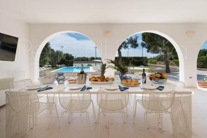La grande veranda ben arieggiata introduce al pianterreno della villa