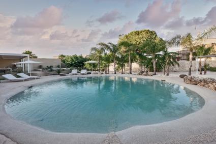 Le calde atmosfere  del living con  cucina, area pranzo e parquet