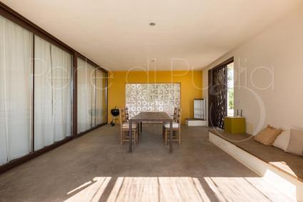 Il primo appartamento della villa si apre con grandi vetrate