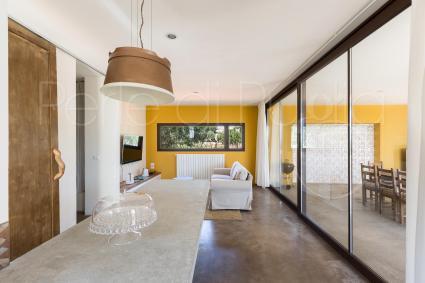 Il muro giallo è il trait d`union con gli interni di design