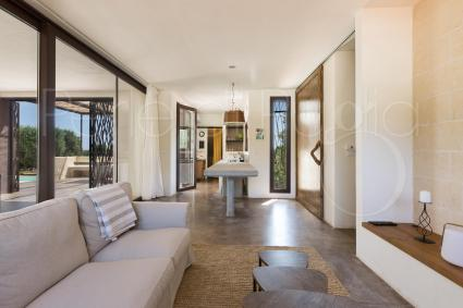 Il primo appartamento si apre con un soggiorno formato da salotto e cucina