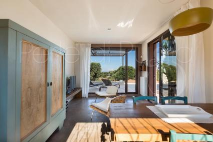 Anche la seconda casa ha un bel soggiorno fresco e accogliente