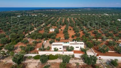 La villa vacanze ripresa dal drone di Perle di Puglia, vicino al mare