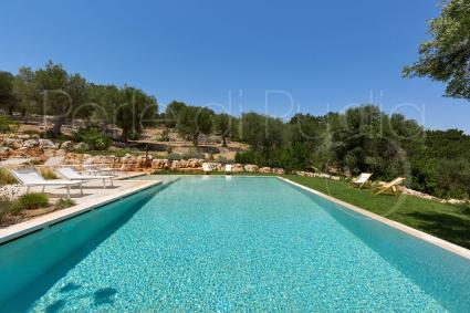 La grande piscina della villa esclusiva per vacanze di lusso in Valle d`Itria