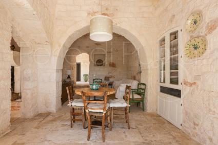 Gli interni della dimora di charme a Ostuni, con caratteristiche pietre a vista ed elementi d`arredo di pregio