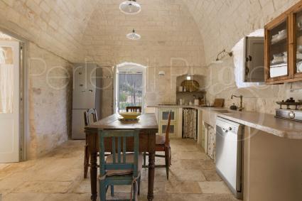 La cucina abitabile superaccessoriata della villa di lusso in affitto a Ostuni