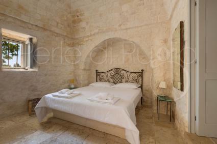 La camera matrimoniale 1 con bagno en suite, nella villa con piscina per vacanze nella Valle d`Itria