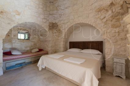 La camera matrimoniale con bagno, nella suite indipendente della Torretta, esterna alla villa