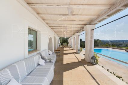 portico panoramico con vista sulla piscina e sulle campagne di Ostuni