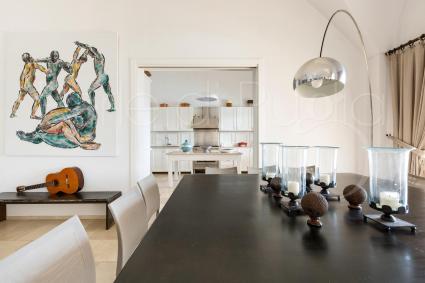 sala da pranzo e accesso alla cucina