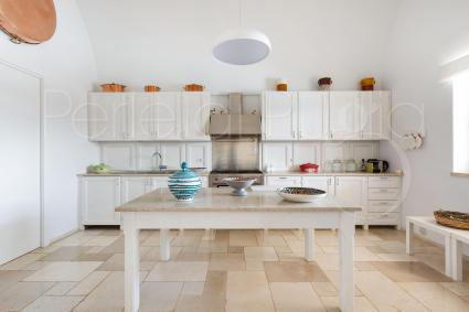 la cucina: bianco e linee contemporanee