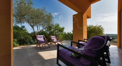 La veranda è arredata con divanetti per piacevoli momenti all`aperto