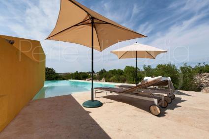 Il solarium è arredato con lettini e ombrelloni