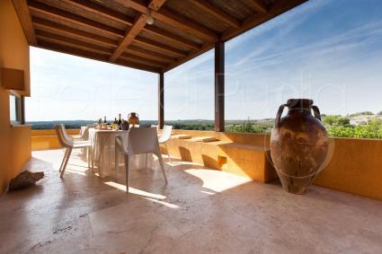 Pranzare all`aperto con vista sulla valle del Primitivo di Manduria