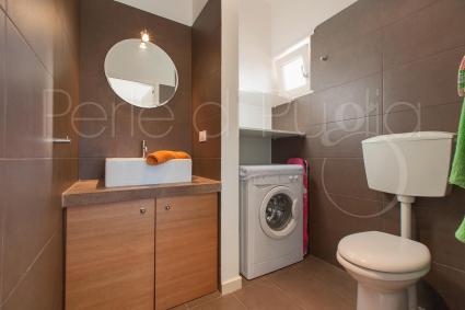 Nel bagno di servizio della villa in affitto è presente la lavatrice