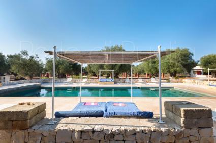 Ci si può rigenerare a bordo piscina nel bel solarium di design