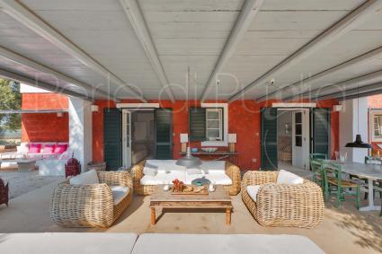 La grande veranda con salottino e sala pranzo