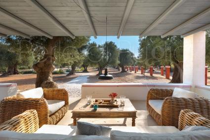 La veranda principale è arredata con un bel salotto comodo