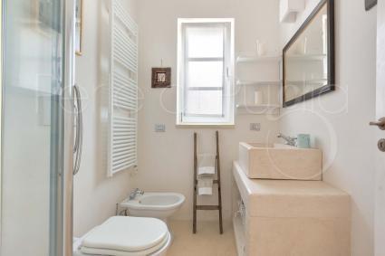 Il bagno doccia en suite della prima camera