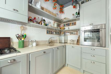 La bella cucina di design della prima unità è super accessoriata