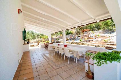 Anche la veranda della villa è ombreggiata e arredata per il convivio