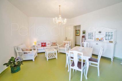 La sala da pranzo e il salottino accolgono gli ospiti in soggiorno