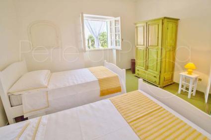 La camera doppia ha i colori del bianco e del limone