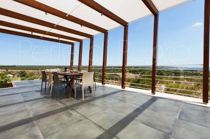 Un bellissimo patio ombreggiato per pranzare e cenare con vista mozzafiato sul mare