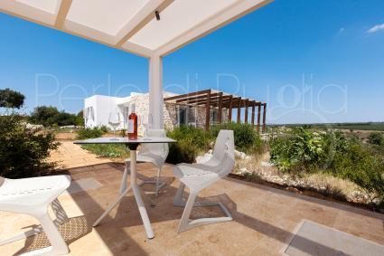 Diverse le aree ombreggiate nel giardino della villa in affitto, profumate da essenze mediterranee