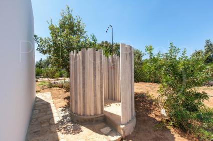 In giardino vi è anche una doccia esterna per rinfrescarsi dopo la piscina