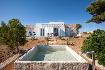 The lovely stone pool regenerates the senses during the holidays in Puglia