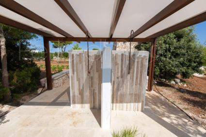 The outdoor showers cool down when you return from the beaches of the Maldives of Salento