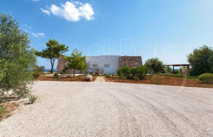The villa is located on a small hill, in the Fani area