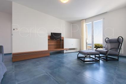 Un angolo relax, nel luminoso soggiorno di Villa Mariné, tra Pescoluse e Torre Pali