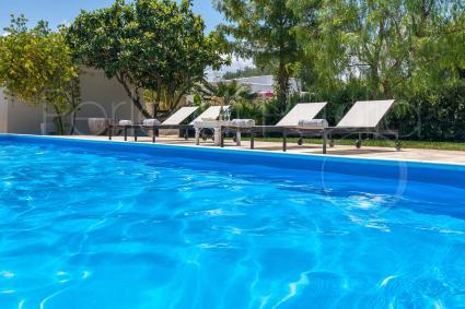 Prendere il sole a bordo piscina sorseggiando champagne: cose semplici, vacanze top