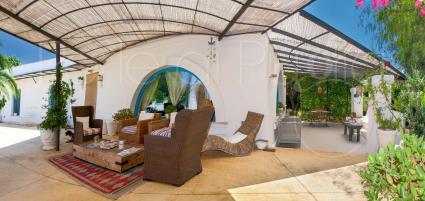 In pieno stile mediterraneo, la villa offre diversi angoli relax