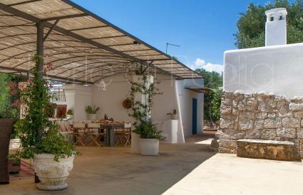 Villa di campagna in stile mediterraneo con trullo e for Caratteristiche dell architettura in stile mediterraneo