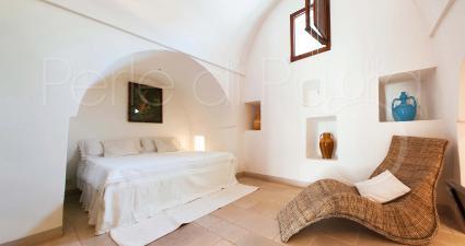 La seconda dependance in trullo è formata da una camera matrimoniale e una singola