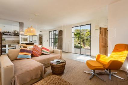 Luminoso e di design è l`open space con soggiorno, sala e cucina a vista