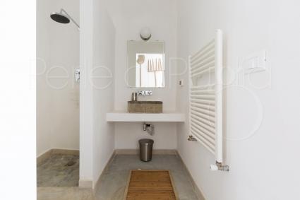 Essenziale e di design è il bagno doccia en suite