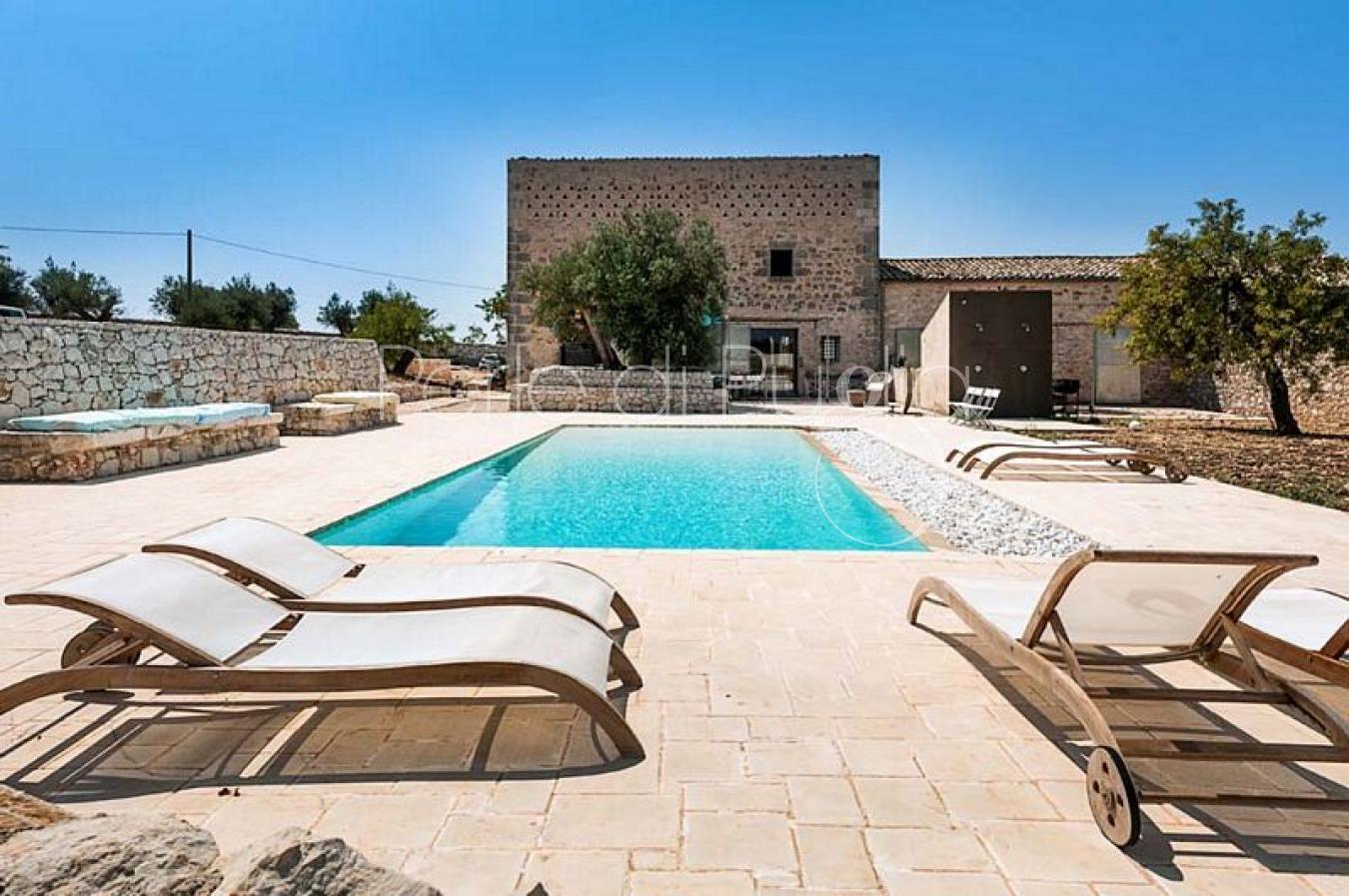 Splendida villa con piscina situata nella campagna di for Villas con piscina