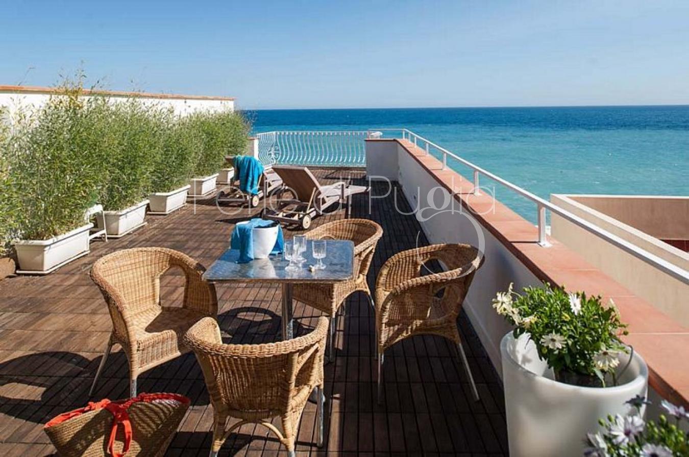 Esclusivo appartamento fronte mare a taormina casa del sole for Casa 750 piedi quadrati