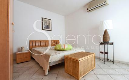 The double bedroom with air conditioning and access to the garden