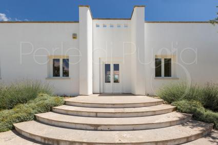 The prospect of the villa, with its grandeur and the white that reflects the sun of Puglia