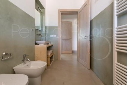 the common bathroom share by the second and third bedrooms