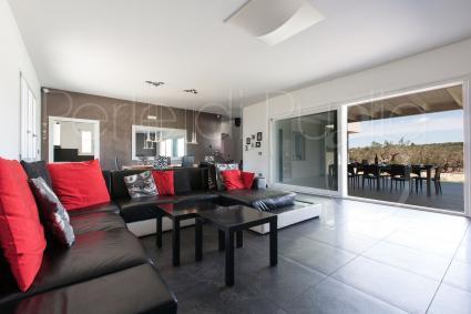 Il grande divano con vista sulla veranda