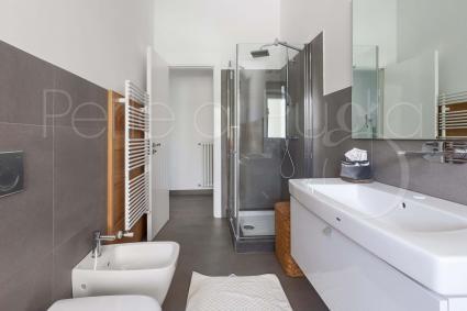 il bagno con vasca e doccia