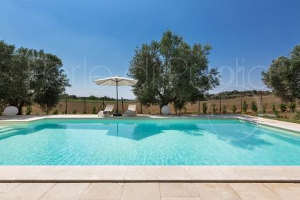 The splendid pool of the villa, for aluxury holiday in Puglia