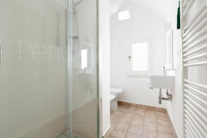The bathroom with shower on the first level of Alloro, a holiday home in Casarano